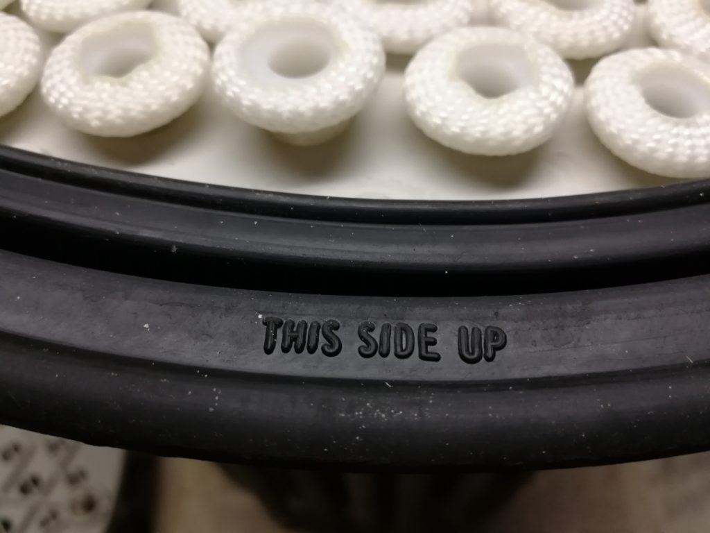 Inscription on the rubber seal helping with correct orientation